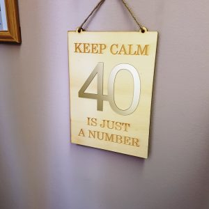 stenski napis leseno zlat keep calm 40 is just a number by tinadesign